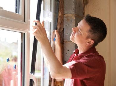 Jak usunąć taśmę klejącą z okna plastikowego?