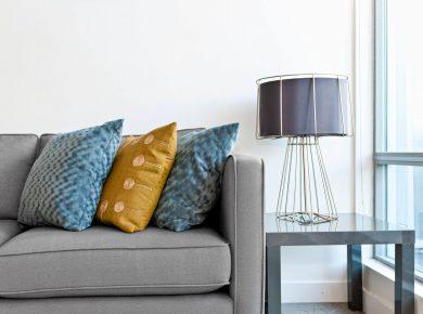 Jakie wybrać poduszki do szarej kanapy?